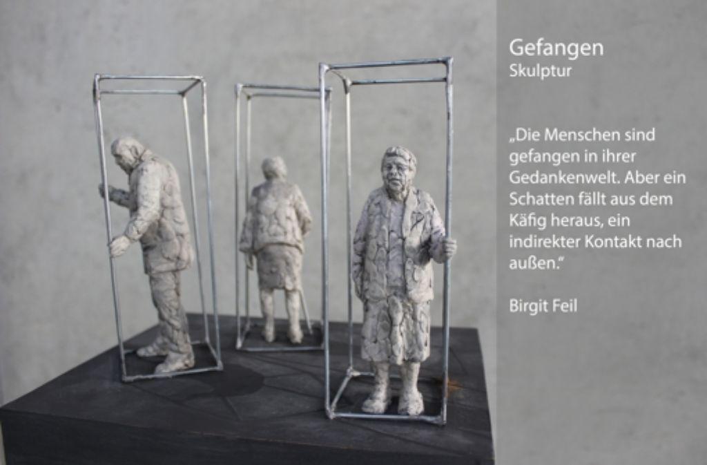 """Die Künstlerin Birgit Feil stellt mit ihrem Kunstwerk """"Gefangen"""" die eigene Welt dar, in der Demenzkranke leben. Foto: Rebecca Beiter"""
