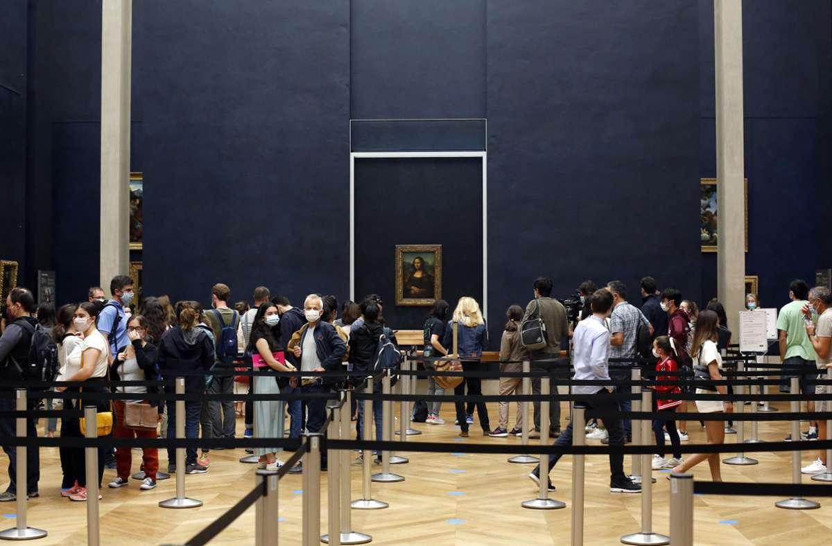 Vor dem Bild der Mona Lisa ist eine Zick-Zack-Absperrung aufgebaut. Das gehört zu den Corona-Regeln im Louvre, der nach vier Monaten wieder geöffnet hat. Foto: AP/Thibault Camus