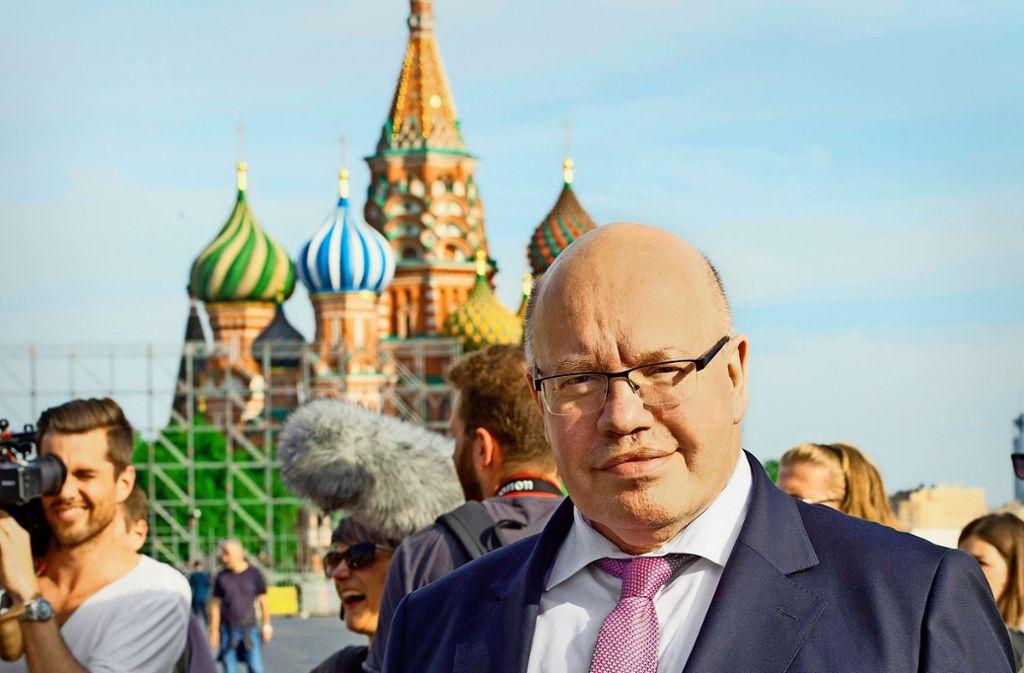 Im Kontakt mit Fernsehen und Politik: Wirtschaftsminister Peter Altmaier (CDU) besucht in Moskau den Roten Platz. Foto: dpa