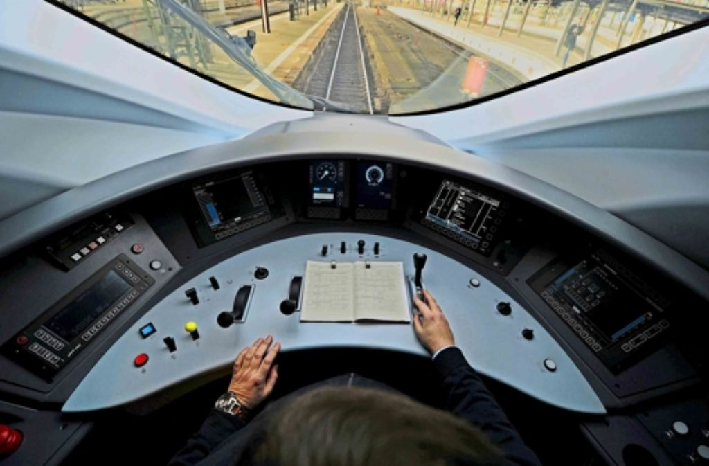 Führerstand eines ICE der neuesten Baureihe 407:  Das System bewältigt die meisten Situationen automatisch. Foto: dpa