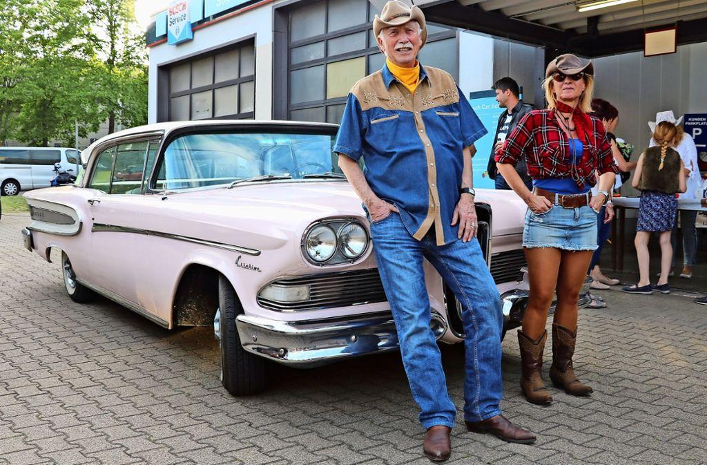 Rainer Haerle und Kerstin Sönges vor dem Edsel Citation; Sönges sorgte dafür, dass der Wagen den Weg von Kalifornien nach Deutschland fand. Foto: Bernd Zeyer