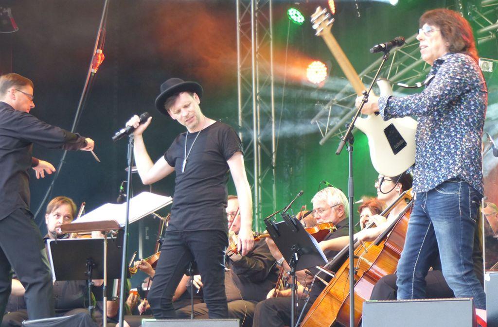 Die Coverversionen von Markus  Engelstädter(mit Hut)  kommen an die  Originale heran. Foto: Hans-Dieter Wolz