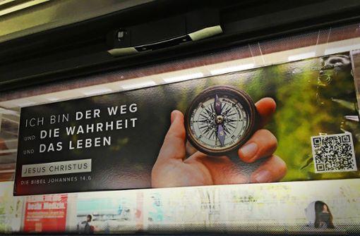 Linke stoßen sich an Bibelversen in Bussen und S-Bahnen