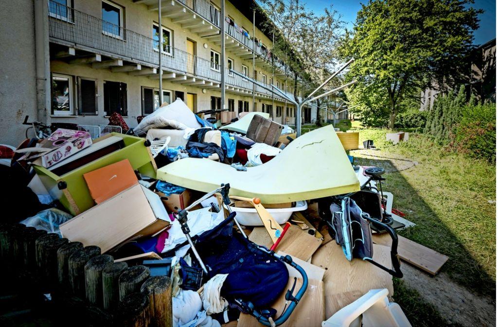 Sperrmüllberge an der Dessauer Straße im Hallschlag: Die Flüchtlinge mussten  Sachen zurücklassen, weil ihre Möbel oft nicht in die Systembauten passen. Foto: Lichtgut/Achim Zweygarth
