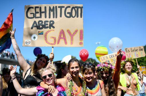 Tausende feiern beim CSD in Freiburg
