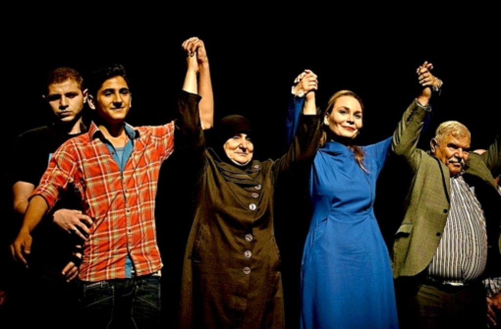 """Ein Appell an den Frieden: syrische Flüchtlinge spielen die Mozart-Oper  """"Così fan tutte"""". Die Opernsängerin Cornelia Lanz (rechts) hatte die Idee zu dem Projekt. Foto: privat"""