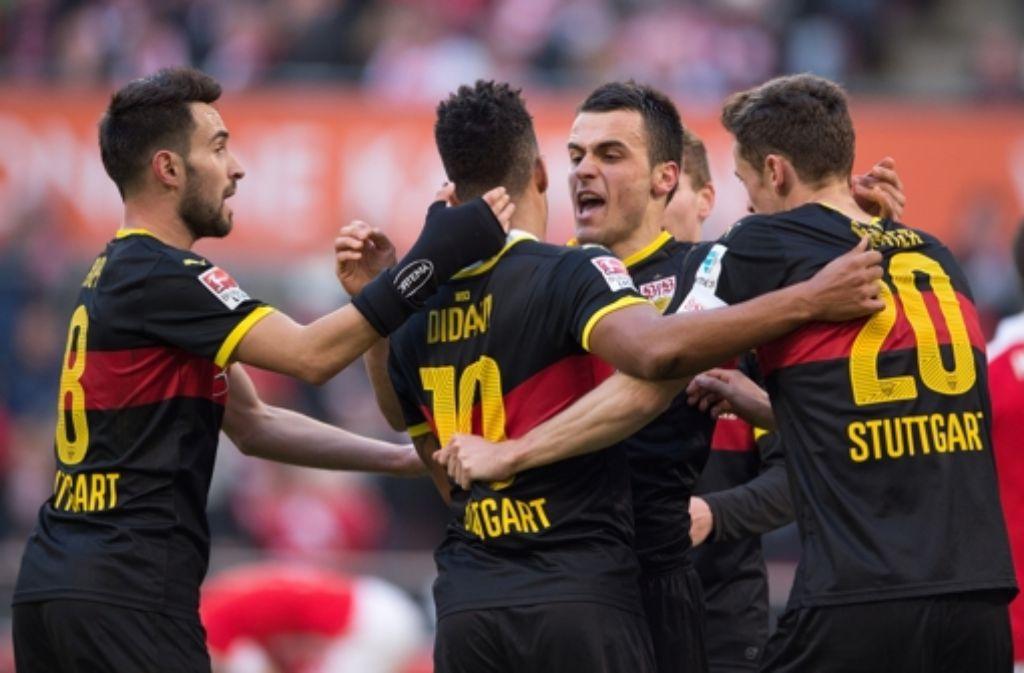 Die VfB-Profis freuen sich über ihren Auswärtssieg beim 1. FC  Köln. Foto: dpa