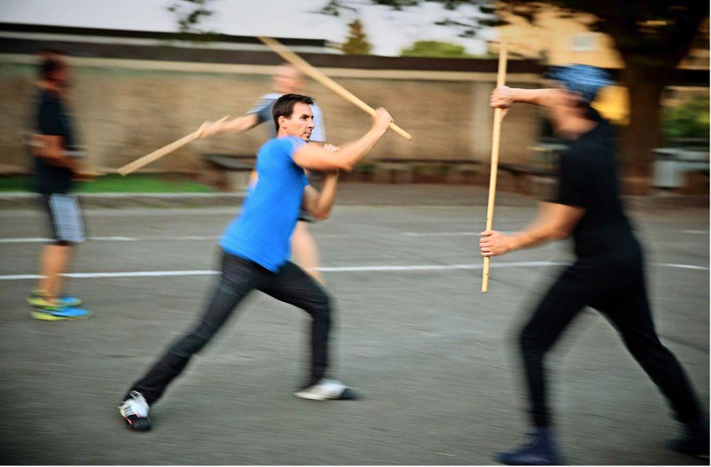 Die Stabfechter tragen keinen Schutz,  Disziplin ist daher beim Üben sehr wichtig. Foto: Jan Potente