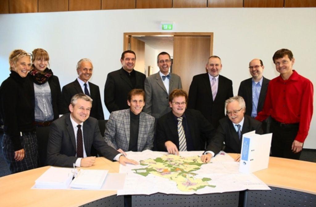 Zufriedene Gesichter beim Anblick des Flächennutzungsplans. Foto: Meuer