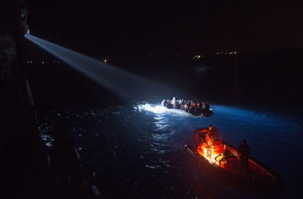 Immer wieder kommen Flüchtlinge bei der gefährlichen Überfahrt über das Mittelmeer ums Leben. Andere können gerettet werden, wie hier von der türkischen Küstenwache. Foto: dpa