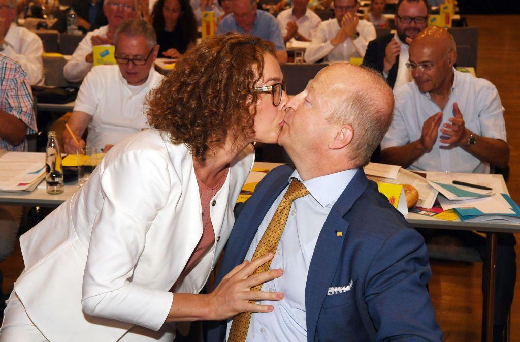 Nach der Wiederwahl gibt es für Michael Theurer, Landesvorsitzender der FDP Baden-Württemberg, einen Kuss von seiner Ehefrau Antje Giede-Jeppe. Foto: dpa