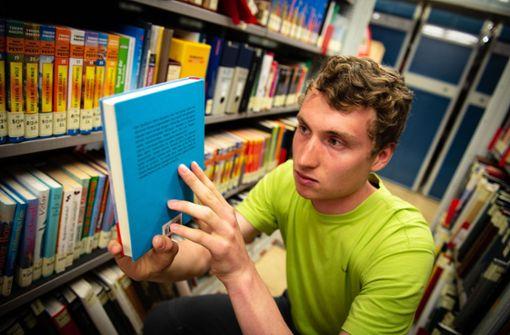 Niemand sortiert Bücher so schnell  wie Lukas Wünstel