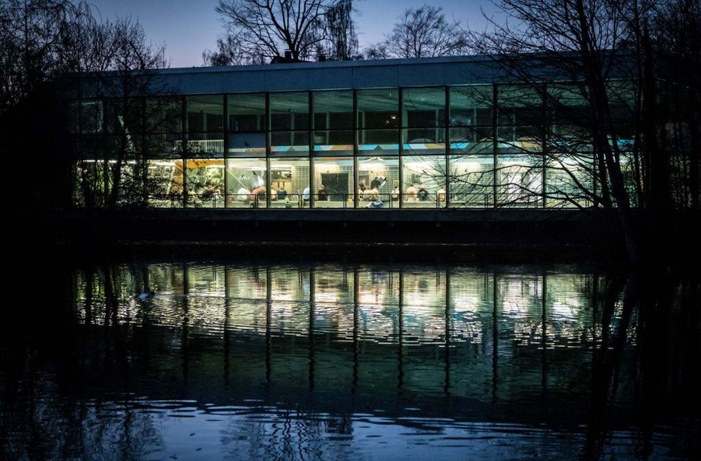 Die Sanierung des Hallenbaddachs in Stuttgart-Vaihingen kostet 3,3 Millionen Euro. Foto: Lichtgut/Achim Zweygarth