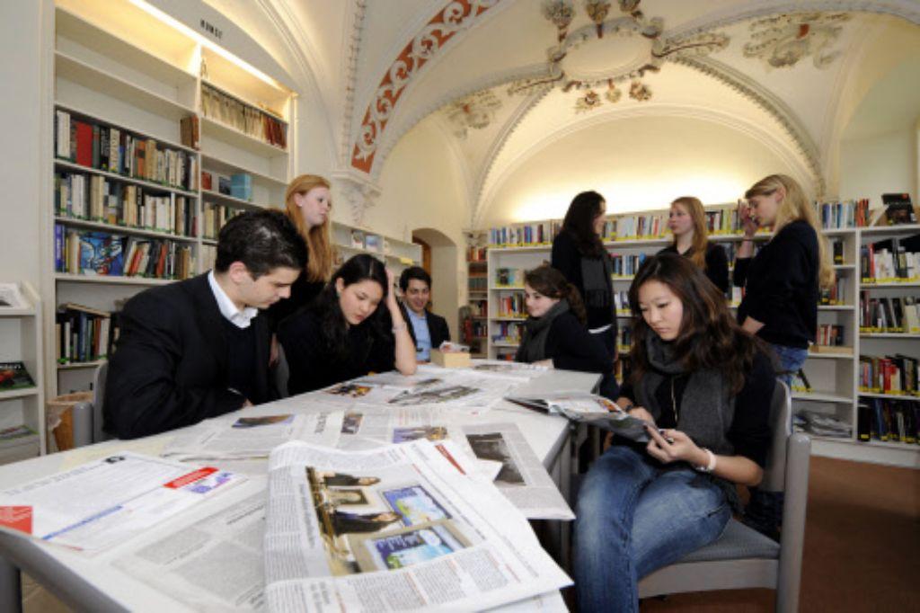 Ein Blick in die Bibliothek des Schlosses Salem - die Internatsschule soll im Sommer eine neue Leitung bekommen. Die stößt nicht uneingeschränkt auf Zustimmung. Foto: AP