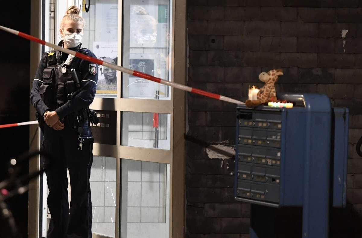 Eine Polizistin steht vor einem Hauseingang. Eine Mutter soll hier im Solinger Stadtteil Hasseldelle ihre fünf Kinder umgebracht haben. Nun steht sie als mutmaßliche fünffache Mörderin vor Gericht. Foto: dpa/Roberto Pfeil