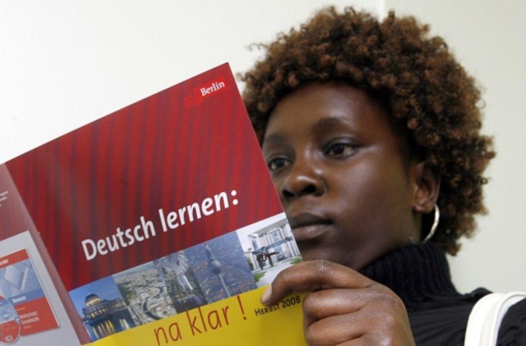 Überwindung der Sprachbarriere: Eine Frau aus Kenia lernt Deutsch in Berlin. Foto: dpa
