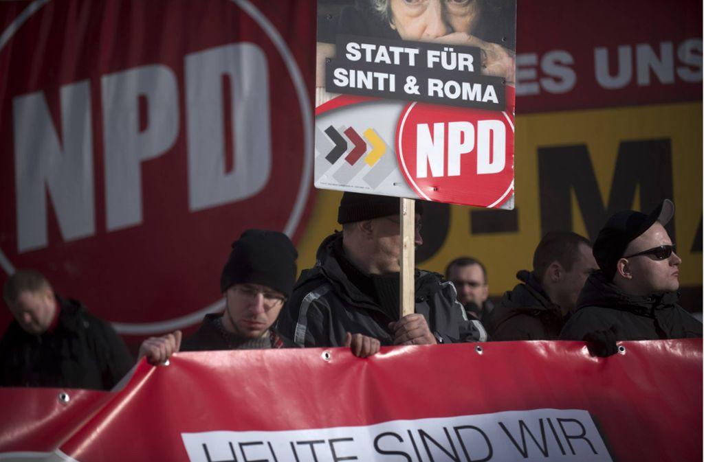 """Das Wahlkampfplakat der NPD mit dem Spruch """"Geld für die Oma statt für Sinti und Roma"""" bei einer Demonstration im Jahr 2014. Foto: imago/IPON"""