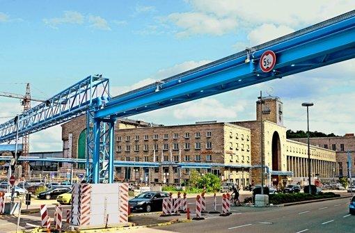 Nicht zu übersehen: die blauen Rohre des S-21-Grundwassermanagements vor dem Bonatz-Bau Foto: dpa