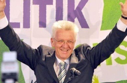 So sehen Sieger aus: Winfried Kretschmann feiert im März 2011 seinen Wahlerfolg und lässt sich – ganz untypisch – sogar zur Siegerpose hinreißen. Wir dokumentieren seinen Weg zum Erfolg in einer Bildergalerie. Foto: dpa