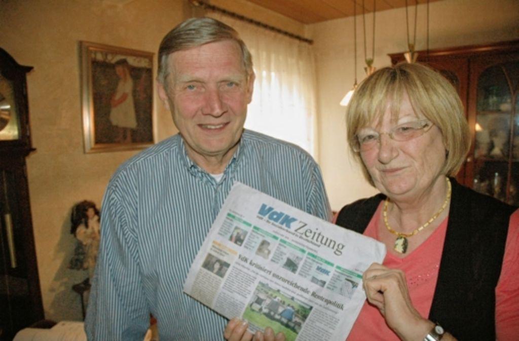 Das Wohnzimmer von Gerd und Ingrid Frohard dient zugleich als Büro des VdK-Ortsverbandes Stammheim. Das Wohnzimmer von Gerd und Ingrid Frohard dient zugleich als Büro des VdK-Ortsverbandes Stammheim. Das Wohnzimmer von  Gerd und Ingrid  Frohard dient    als Büro des VdK. Foto: Linsenmann