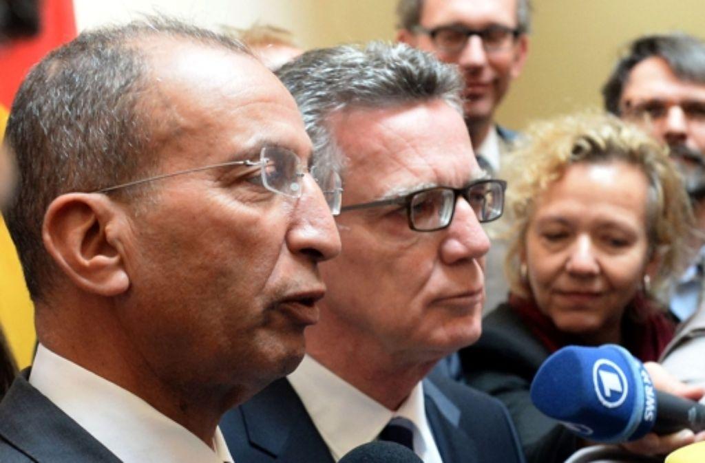 Marokkos Innenminister Mohamed Hassad (links) will in der Flüchtlingsfrage seinem Amtskollegen Thomas de Maizière entgegenkommen Foto: AFP