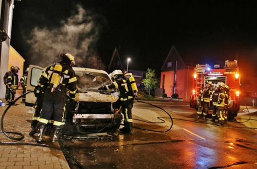 Transporter brennt aus – Polizei zieht Betrunkenen aus dem Verkehr
