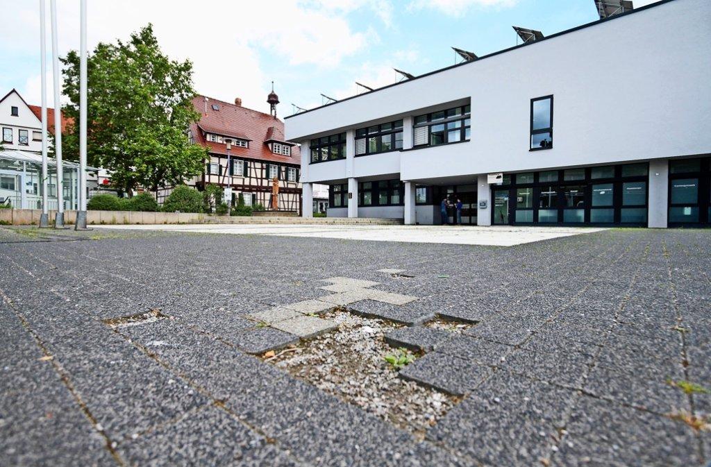 Dem Höfinger Rathausplatz  würde eine Modernisierung     richtig gut tun. Foto: factum/Granville