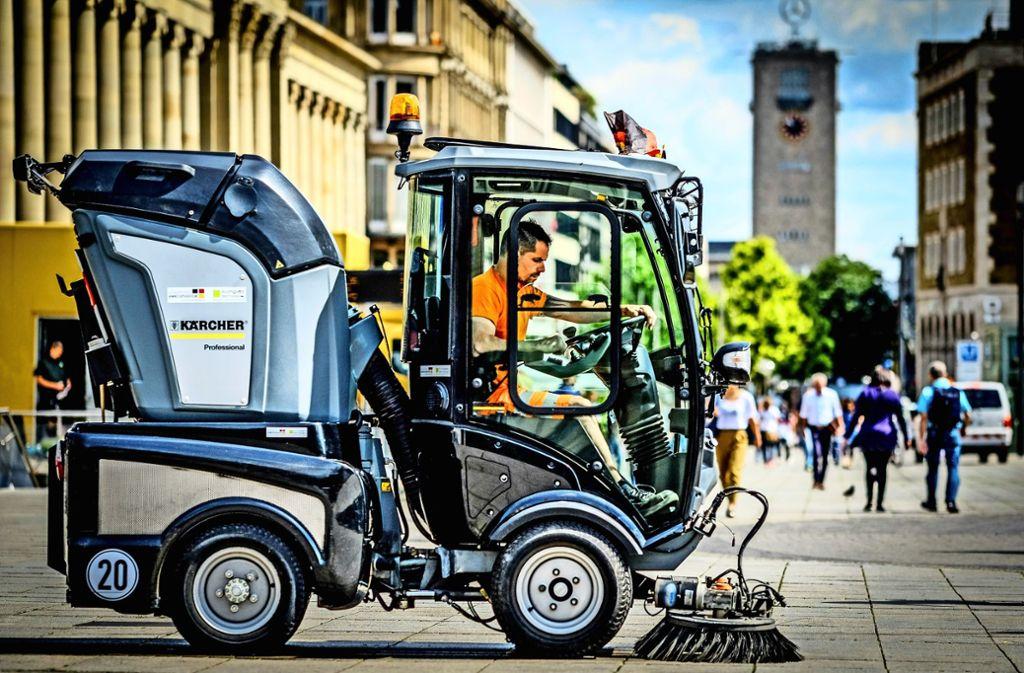 Eine Hybrid-Kehrmaschine ist im Einsatz unweit der Stadtbahnhaltestelle Schlossplatz. Manch hartnäckige Verschmutzung kann sie aber nicht entfernen. Foto:Lichtgut/Leif Piechowski