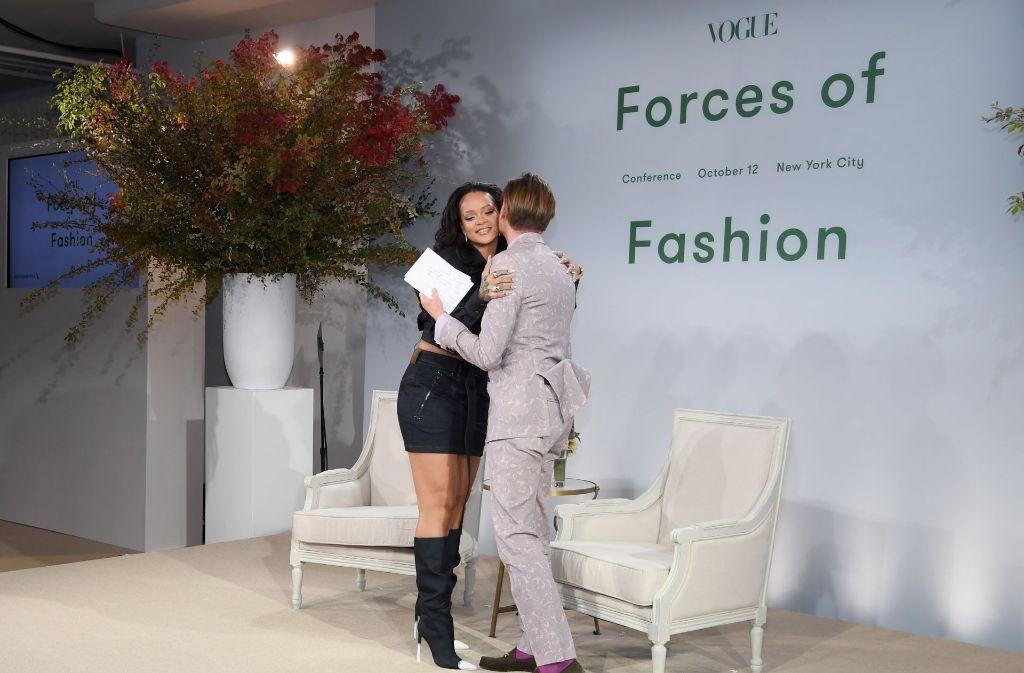 """""""Forces of Fashion Conference"""": Rihanna schenkt Moderator Hamish Bowles eine herzliche Umarmung. Foto: Getty"""