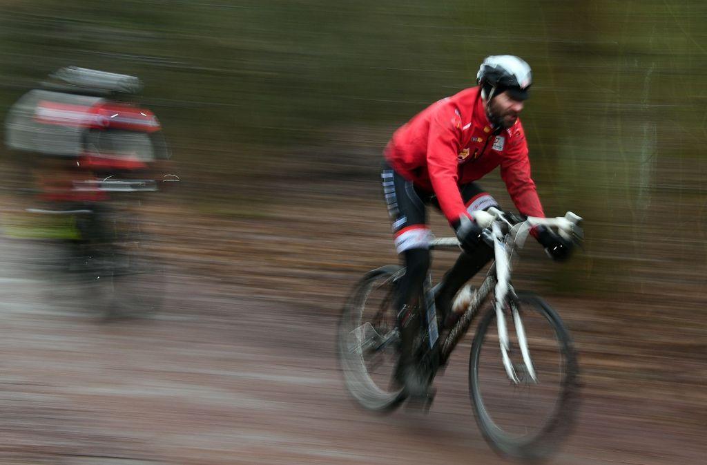 Ex-Radprofi Jens Voigt hat auf einer Charity-Tour auf den Berliner Teufelsberg nach einer 27-Stunden-Tortur die Höhe des Mount Everest bezwungen. Foto: dpa