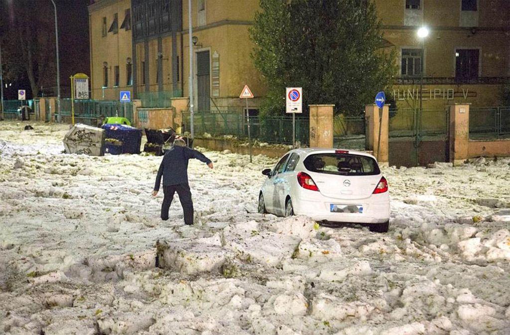 """Bei starkem Regen versinkt Rom regelmäßig im Chaos. Doch ein solcher Hagelsturm ist auch in der """"Ewigen Stadt"""" ungewöhnlich. Foto: ANSA"""