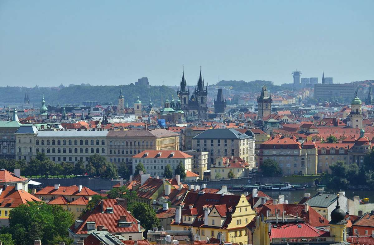 Blick über die Dächer von Prag – hier hat sich ein Mann mit seinem Auto verirrt. (Symbolfoto) Foto: imago images/Imaginechina-Tuchong/ via www.imago-images.de