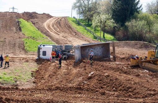 Laster kippt auf Motocross-Strecke um
