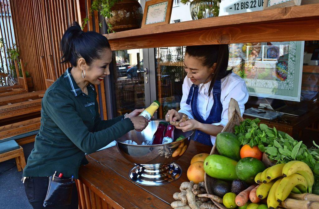 """Gesund geht es zu im """"Vietal Kitchen"""": Bei Somjai Gresenz (links) gibt es neuerdings auch Smoothies zum Mitnehmen. Foto: Thomas Graf-Miedaner"""