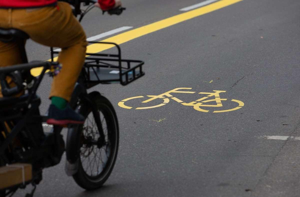 Eine für Fahrräder umgewidmete Autospur gibt es in Stuttgart an zwei Stellen. Foto: Leif Piechowski