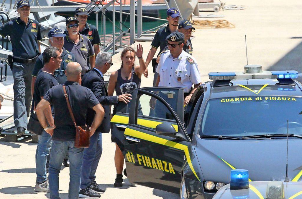 Carola Rackete steigt in ein italienisches Polizeiauto. Foto: dpa