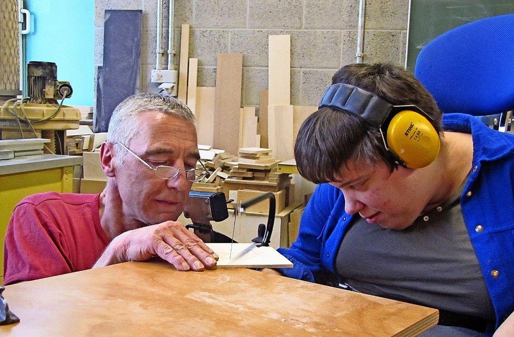 Max Strecker hilft Jaqueline Krickhahn dabei, einen Hasen auszusägen. Foto: Eileen Breuer