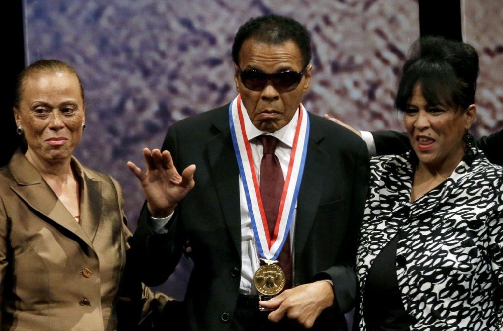 Muhammad Ali zwischen seiner Frau Lonnie Ali (links) und seiner Schwägerin Marilyn Williams. Fans und Weggefährten zollen dem größten Sportler der jüngeren Geschichte Respekt. Foto: AP