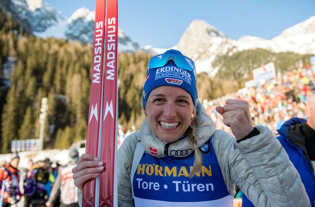 Endlich eine Einzel-Medaille: Vanessa Hinz war in Antholz überglücklich und umarmte fast jeden, den sie kriegen konnte. Foto: dpa/Hendrik Schmidt