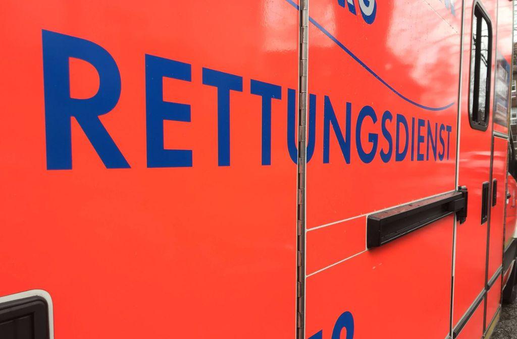 Der Rettungsdienst fuhr die schwer verletzte Frau ins Krankenhaus. Foto: imago images/Waldmüller/Waldmüller via www.imago-images.de