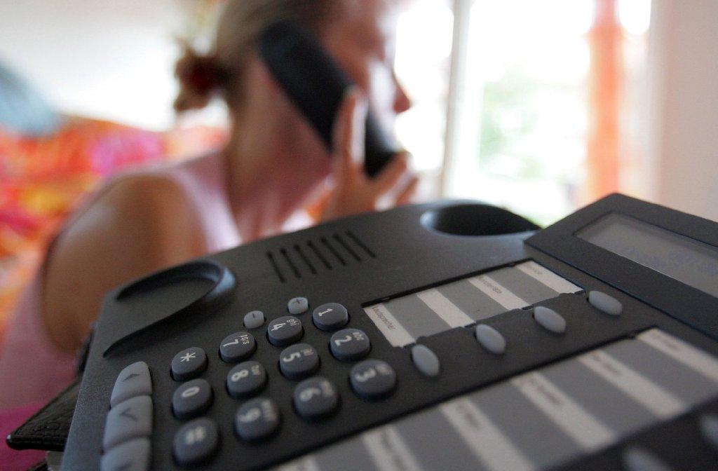 Minutenlanges Warten am Telefon, bis man mit dem nächsten freien Mitarbeiter verbunden wird - bei vielen Callcentern gehören Warteschleifen dazu. Foto: dpa