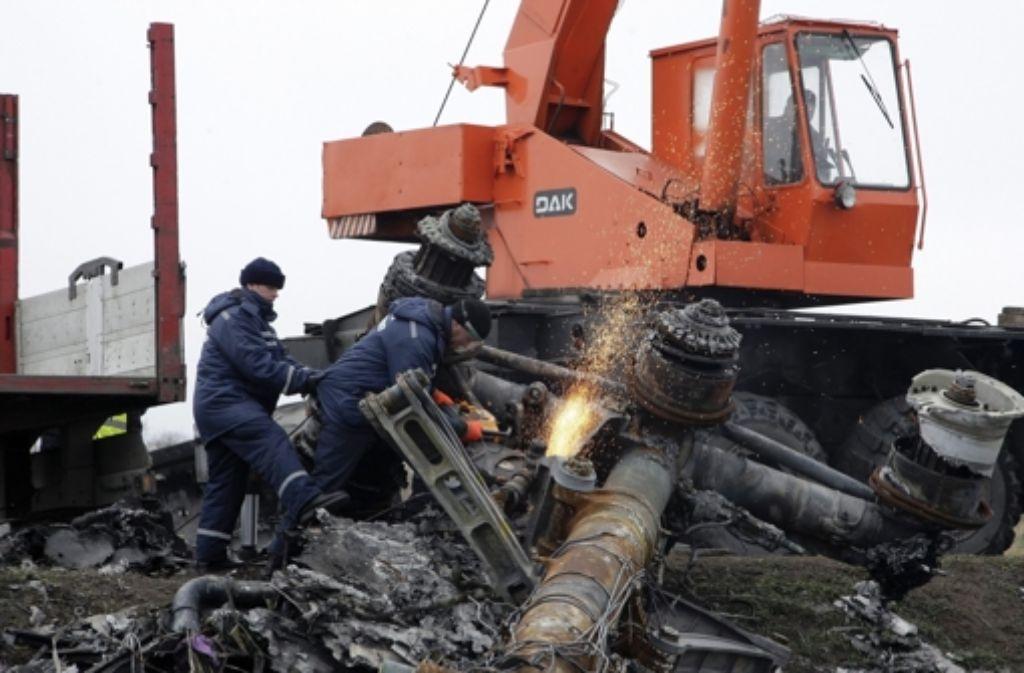 Niederländische Experten bergen an der Absturzstelle in der Ostukraine Trümmer des MH17-Maschine. Foto: dpa