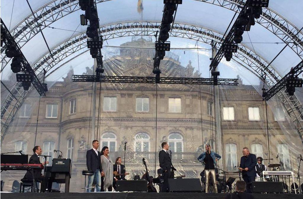Matthias Holtmann (rechts) mit seiner Truppe beim SWR-Sommerfestival auf dem Schlossplatz. Foto: Mohr/SWR