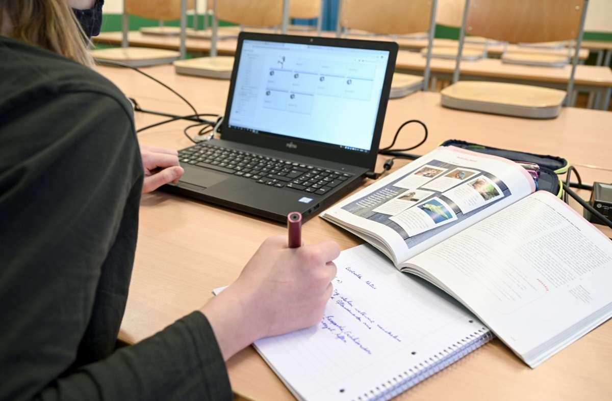 Unbekannte verschafften sich Zutritt zu Lernplattformen und zeigten pornografische Darstellungen oder Nacktbilder. (Symbolbild) Foto: dpa/Felix Kästle