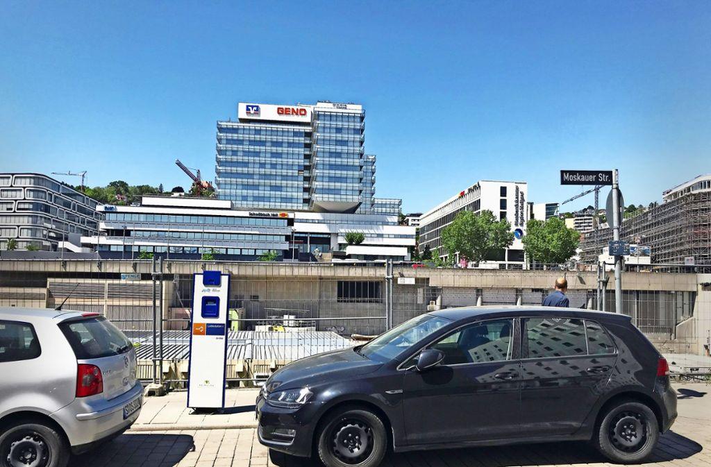 Fehlende Beschilderung lässt normales Parken an Ladestationen im Europaviertel noch zu. Nun will die Stadt schnell reagieren. Foto: Haar