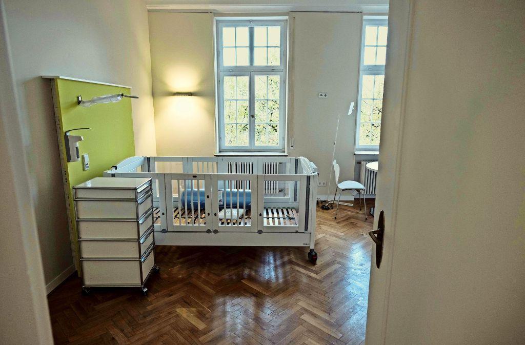 Geschwungene Wege führen zu den Familienapartments, im Haupthaus haben die Kinder und Jugendlichen freundlich eingerichtete Zimmer. Foto: Lichtgut/Leif Piechowski