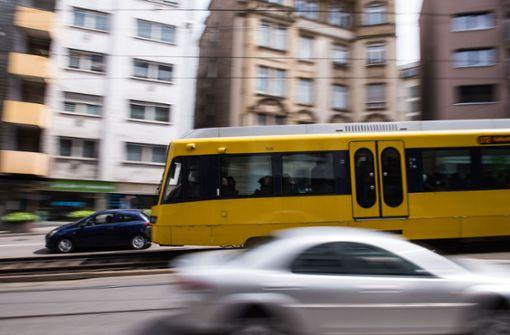 Unbekannter legt sich auf Stadtbahngleise und flüchtet