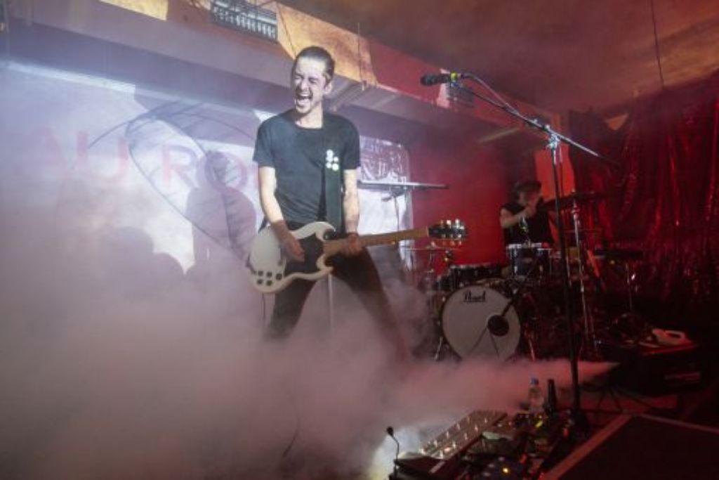 Bo Zillmann (Gesang und Gitarre) vergisst gern mal alles um sich herum. Foto: Martin Olbrich