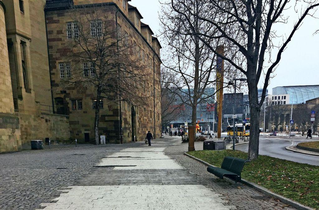 Lkw in den Fußgängerzonen  (oben) richten  Schäden an. Kaputte Gehwegplatten, wie am  Stauffenbergplatz (links) oder am Karlsplatz  werden oft nicht ersetzt. Foto: Haar (2)/Piechowski