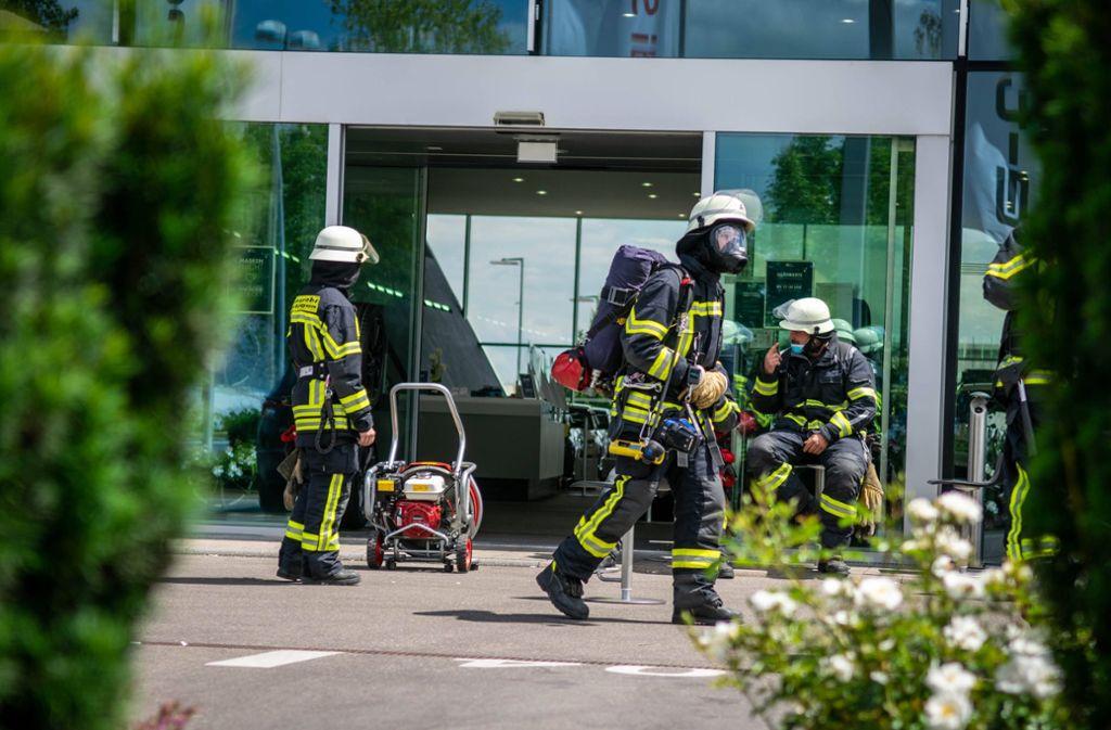 Laut Polizei hatten Mitarbeiter des Autohauses den Brand gegen 12.30 Uhr bemerkt und sofort die Feuerwehr alarmiert. Foto: 7aktuell.de/Nils Reeh